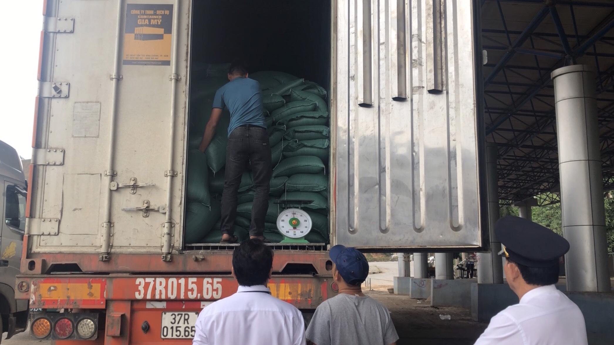 Vận chuyển gạo sang Campuchia