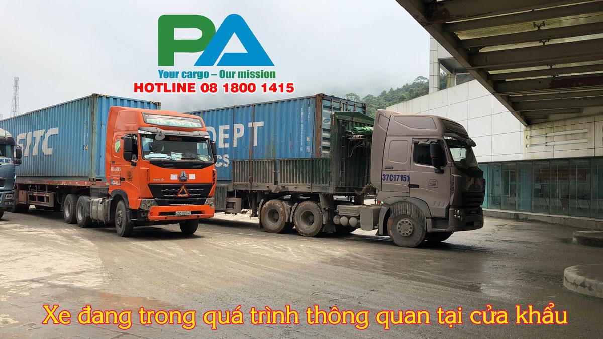 xe dang thong quan tai cua khau cua Lao va Viet Nam