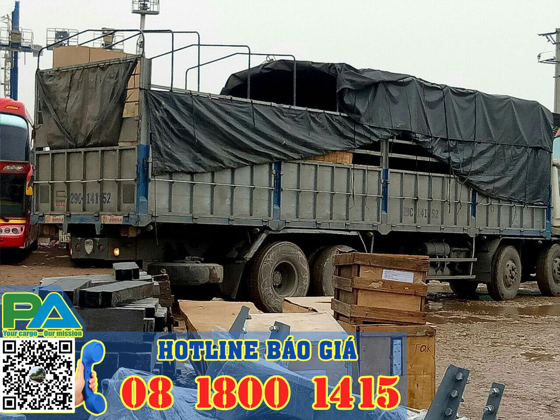 Xe mui bạt chuyển hàng đi Lào