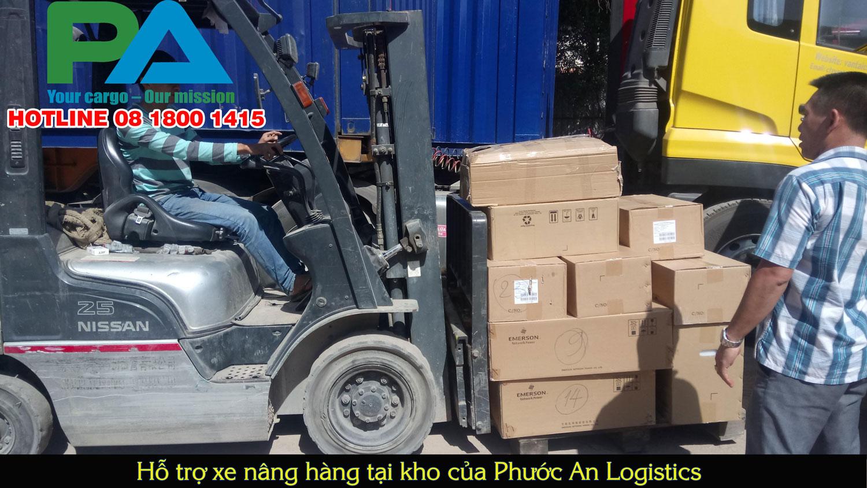 Xe nâng tại kho gửi hàng đi Sihanoukville