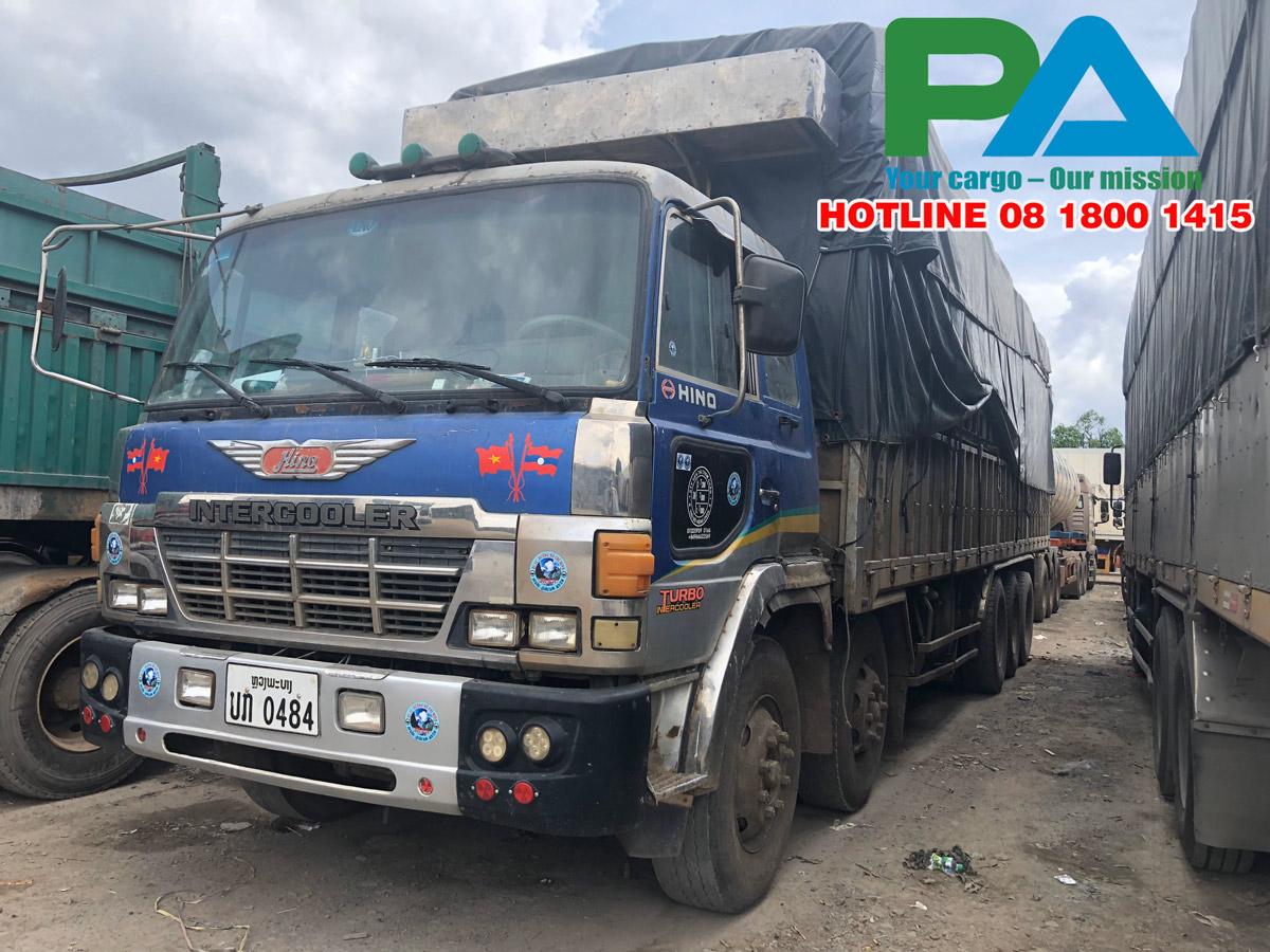 Xe vận chuyển hàng sang nước Lào