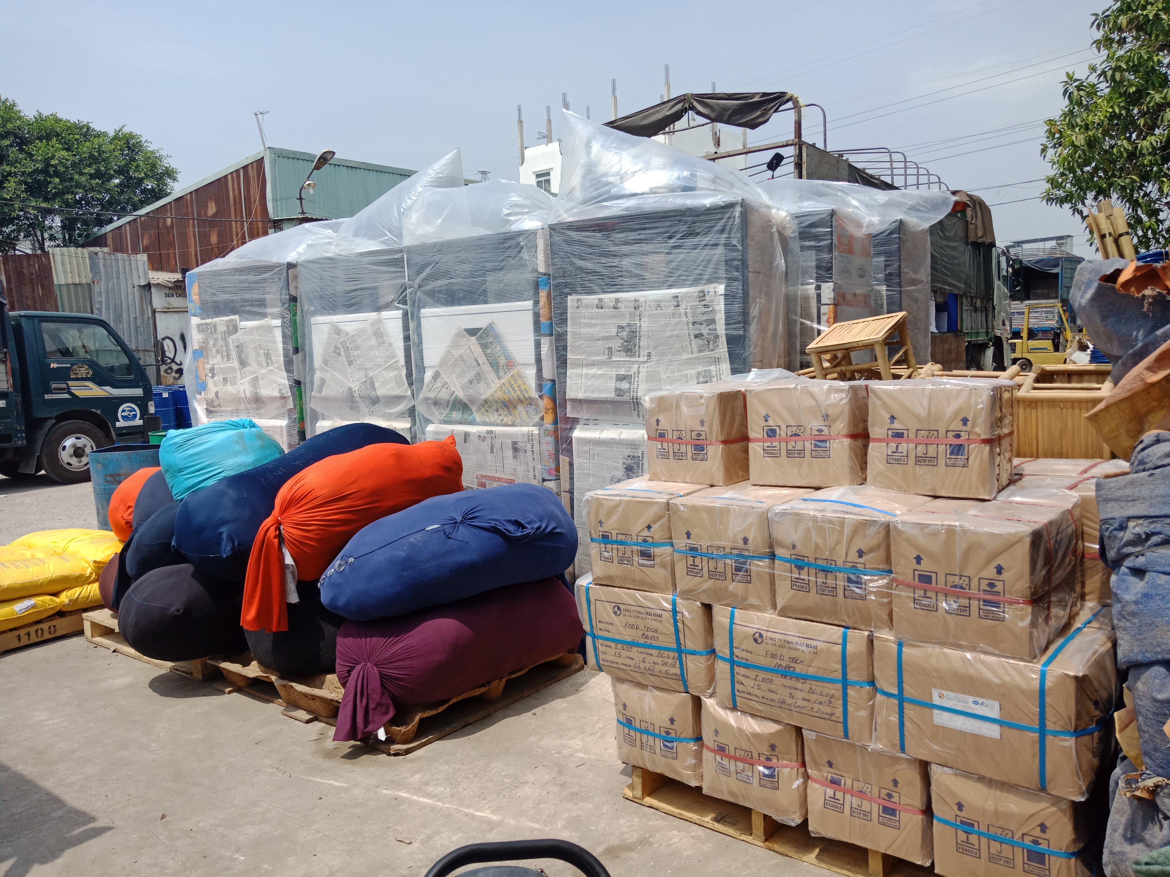 Hàng hóa tại kho vận chuyển đi Lào