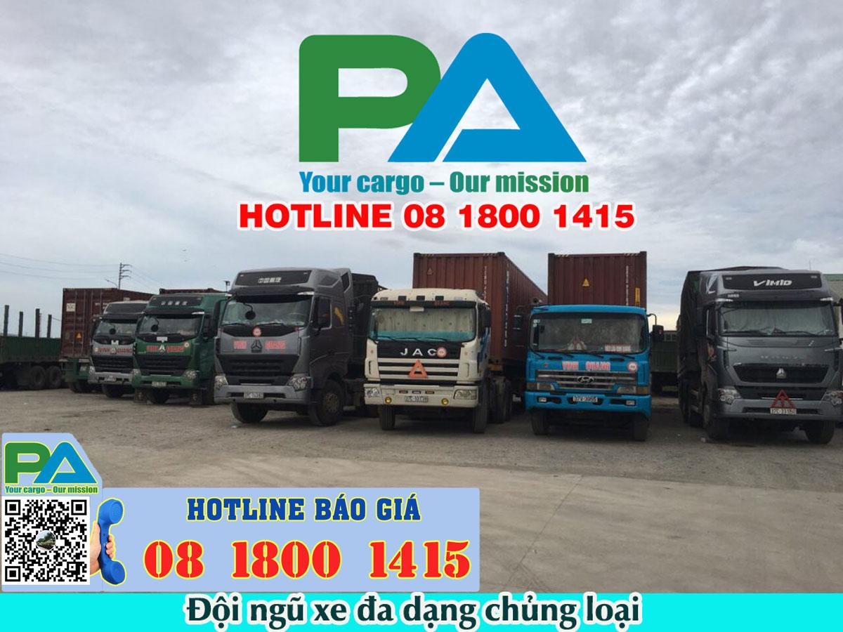 Đội ngũ xe tải và xe đầu kéo chuyển hàng hóa đi Viêng Chăn - Lào