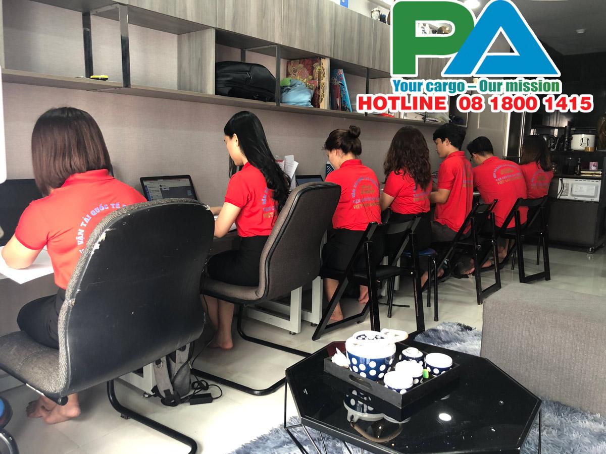 Nhân viên tư vấn báo giá tại kho ở Hà Nội