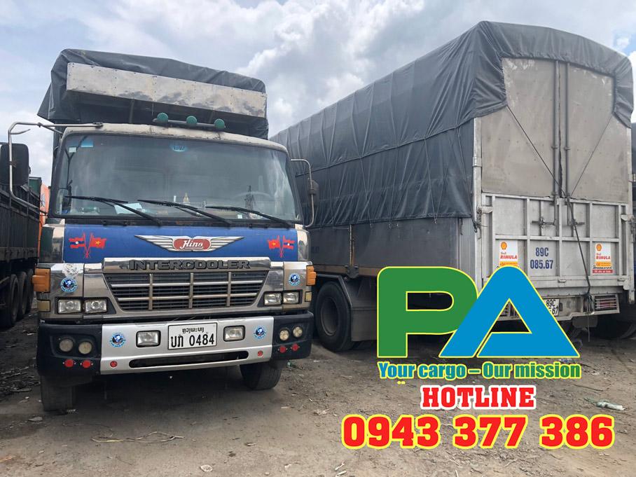 Xe tải của Lào tại kho của Phước An