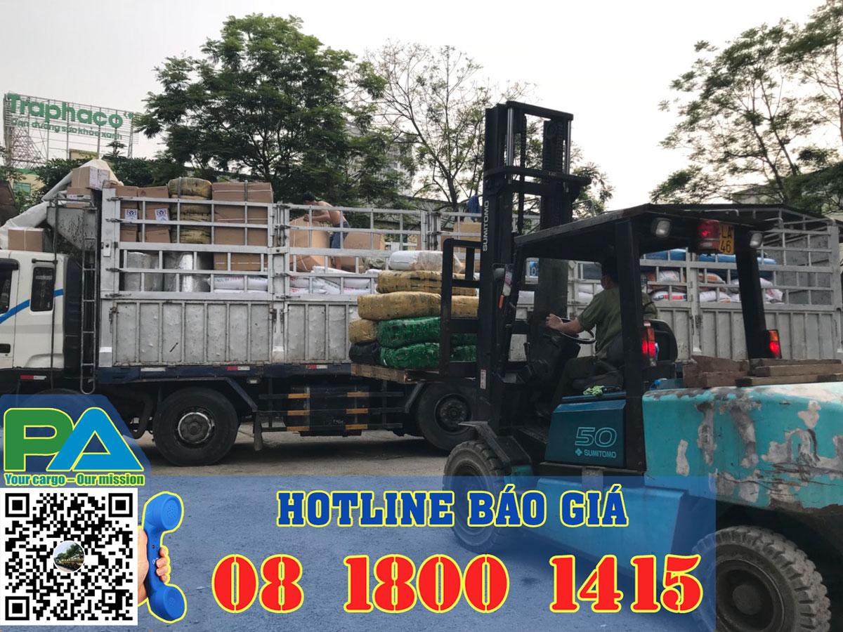Xe nâng nâng hàng lên xe vận chuyển đi Lào