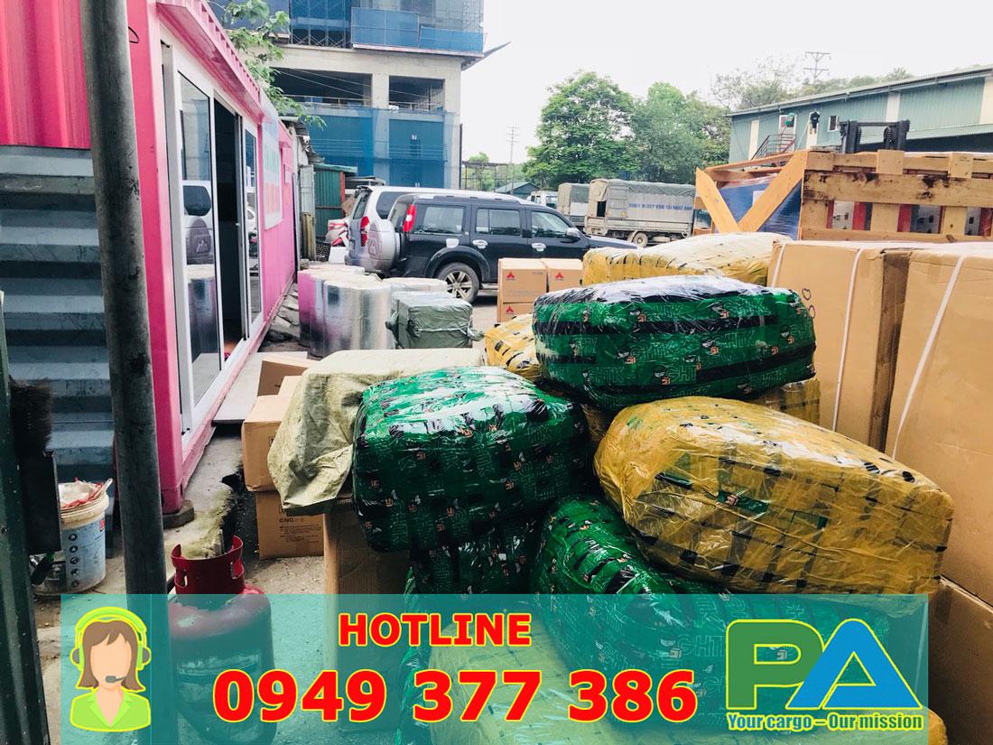 Hàng hóa tại Kho vận chuyển hàng đi Lào