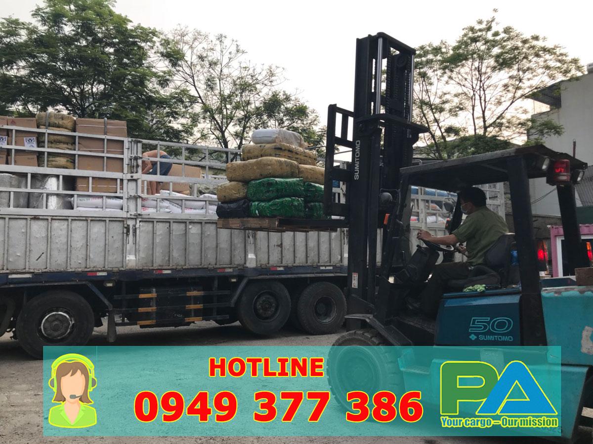 Xe nâng hàng vận chuyển hàng hóa đi Lào